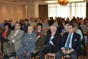 Οι προσκεκλημένοι παρακολουθούν με ενδιαφέρον τις παρουσιάσεις από τους ομιλητές.