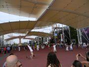 Ακροβάτες στον μεγάλο διάδρομο (decumano) της έκθεσης