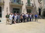 Οι Σύνεδροι σε αναμνηστική φωτογραφία έξω από το Δημαρχείο